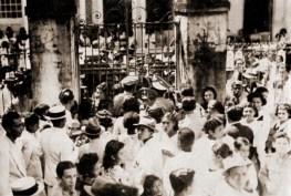Multidão tenta invadir a Santa Casa de Misericórdia de Maceió para ver as cabeças dos cangaceiros