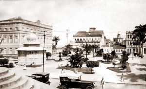 No final da década de 1910, o declive da ladeira em frente à Catedral começava mais adiante e as escadarias ficavam projetadas sobre a rua.