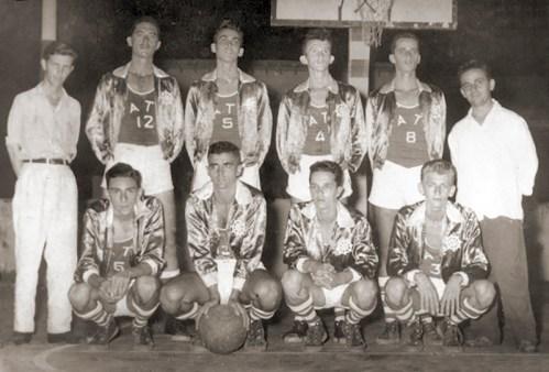 Basquetebol do Iate em 1955. Em pé, Luiz Costa (Diretor). Dácio, Figueiredo, Mauro, Carlos Paes e Paiva (Diretor). Agachados Alaor, Marcelo Barros, Rubinho e Batinga