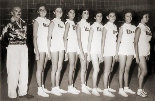 Voleibol Feminino do Iate Clube em 1955. Paulo Mendes (técnico), Cecile, Francete, Adelaide, Edite, Janedi, Flávia, Denize e Valdete