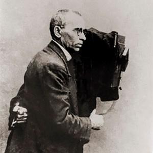 Augusto Malta utilizando um antigo equipamento fotográfico