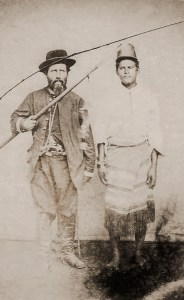 Oficial brasileiro ao lado de um prisioneiro paraguaio, foto datada entre 1865 e 1868