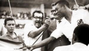 Pelé descerrando a placa na inauguração do Trapichão