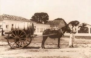 Vendedor de água no Largo dos Martírios em 1905. Foto de Luiz Lavenère