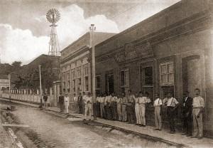 Fábrica de cigarros no Beco do Moeda no início do século XX