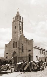 Feira em frente à Igreja de Nossa Senhora Santana. Foto Japson