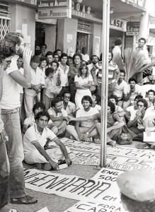Estudantes fazem assembleia na rua durante a greve de Engenharia em 1979