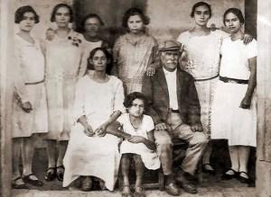 José Florentino Villar e familiares, um dos fundadores da cidade do Inhapi proprietário de uma grande fazenda e um vapor de algodão, no sítio Buenos Ayres em Mata Grande