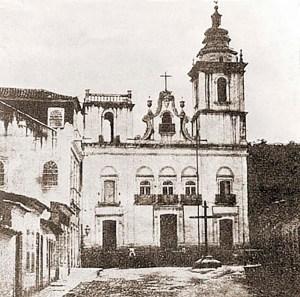 Igreja do Rosário dos Pretos no século XIX, ainda com o Cruzeiro à sua frente