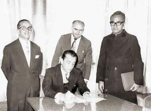 Juscelio Kubitschek, em janeiro de 1961, assina o ato que criou a Ufal na presença do Dr. A.C. Simões, Edgar Magalhães, assessor do MEC, e do deputado Padre Medeiros Netto
