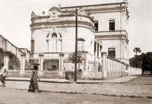 Praça do Montepio na década de 50. Nesta casa funcionou a Delegacia do Trabalho do Governo Muniz Falcão. Hoje é um estacionamento