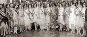 As misses reunidas no Salão Nobre do Fluminense Futebol Clube logo após o desfile perante a Comissão Julgadora. Helena Taveiros é a terceira da esquerda para a direita. Foto: O Malho, Ano XXVIII, nº 1.388, 20 de abril de 1929, p. 77