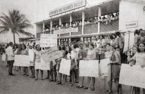 Estudantes de Medicina recebem o governador Lamenha Filho após a criação da Escola de Ciências Médicas de Alagoas em 1968. Acervo Wagner Torres