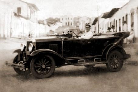 O primeiro automóvel da cidade, provavelmente em 1930 na avenida Dr. Fernamdes Lima