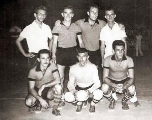 Time de futebol de salão do Jaraguá Tênis Clube em 1955. Em pé: Zequito Porto (técnico), Murilo Mendes, Tadeu e Santa Rita. Agachados: João Beltrão, Lailton e Cedrim. Acervo Museu do Esporte