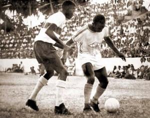 Em 1966, em um clássico CSA x CRB no Estádio da Pajuçara, Ademir (zagueiro do CRB) e Canhoteiro (ponta esquerda do CSA) travam um duelo que fez história em Alagoas
