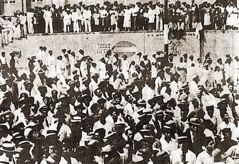 Multidão na porta do Hotel Bella Vista em apoio a Silvestre no dia da eleição