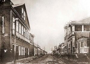 Rua do Sol em 1908, quando ainda era conhecida como Rua XV de Novembro. À direita o local onde foi construído o Hotel Beiriz