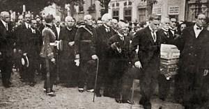 Funerais de Albuquerque Lins, vendo-se à frente do cortejo o Dr. Washington Luiz, que viria a ser Presidente da República e o Dr. Carlos de Campos, então Presidente de São Paulo.  Foto: Fon-Fon, 16 de janeiro de 1926