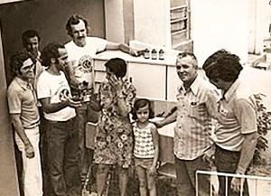 Rômulo Uchôa, Waldemir Rodrigues e Abílio Dantas, da Rádio Gazeta de Alagoas, entregam presentes no Dia das Mães, 11 de maio de 1975