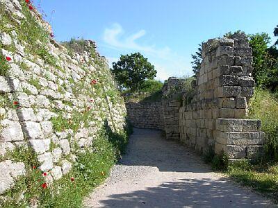 Imagen que muestra la situación contemporánea de los restos de la muralla de Troya, escenario de la guerra de troya