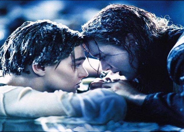 Fotograma de la película Titanic. En esa puerta de madera cabían los dos, y lo sabes jajaja