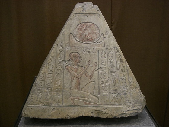 Representación de la colina primigenia de la que el dios sol habría hecho surgir toda la creación
