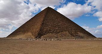 Vista general de la pirámide Roja, construida en tiempos del rey Esnefru