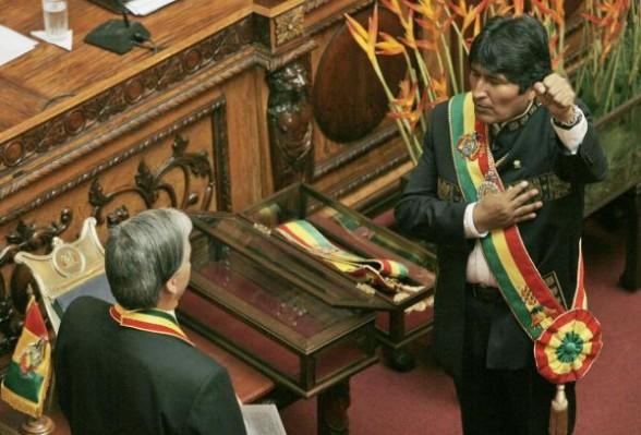 Evo Morales jurando su segundo mandato como presidente de Bolivia