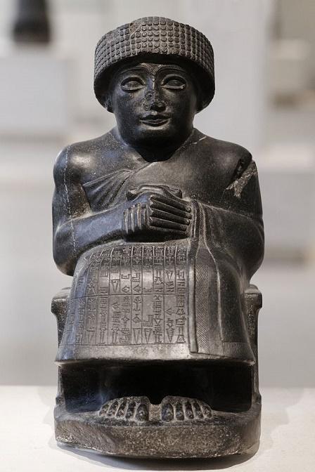 Estatua sedente de Gudea de Lagash, hallada en el archivo de Lagash