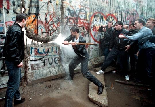 Otra de las fotografías sobre la caída del Muro de Berlín