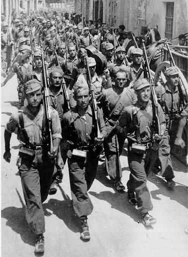 Fotografía de las Brigadas Internacionales en un desfile
