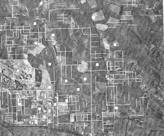centuriaciones de Béziers, en blanco los trazos de las centuriaciones visibles en el parcelario actual, los cuadrados representan los asentamientos rurales (Orejas, et al. 2002)