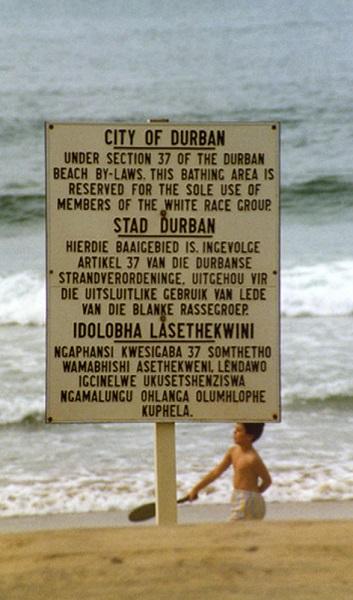 Cartel segregacionista del Apartheid en una playa sudafricana a finales de los años 80