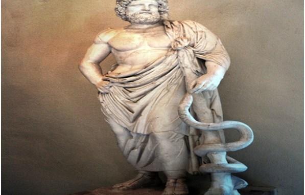 Estatua del dios Asclepio con el bastón y la serpiente