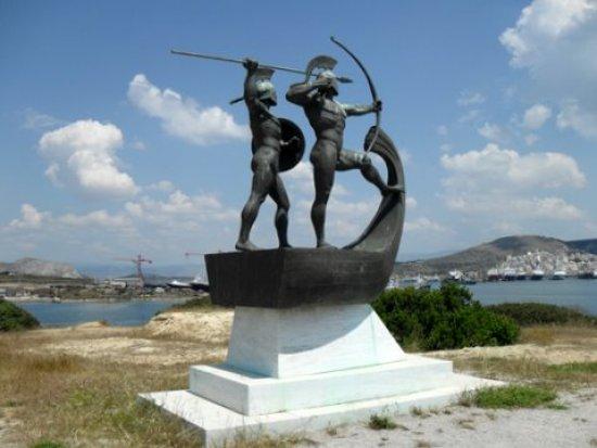 Monumento a los combatientes de la batalla de Salamina erigido en la isla del mismo nombre