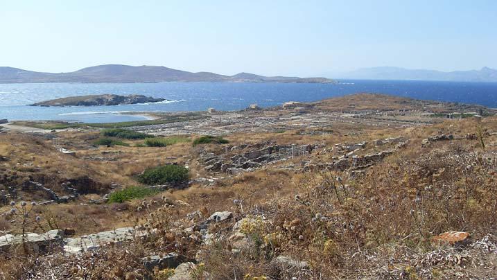 Vista general de la isla de Delos desde una de sus cimas
