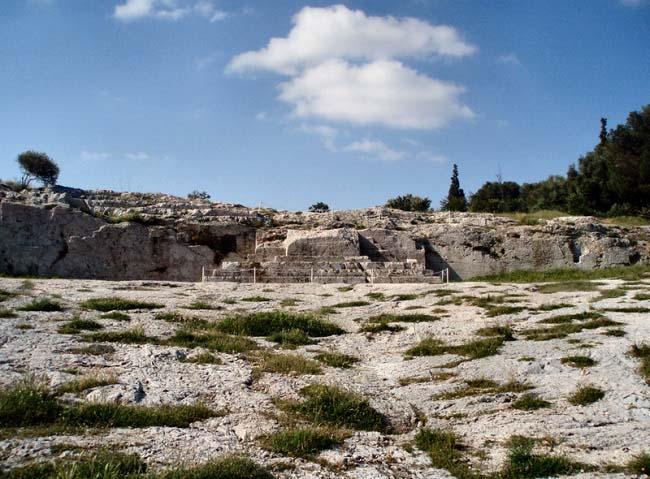 Vista a ras de suelo de la colina de la Pnyx, uno de los centros neurálgicos de la democracia ateniense