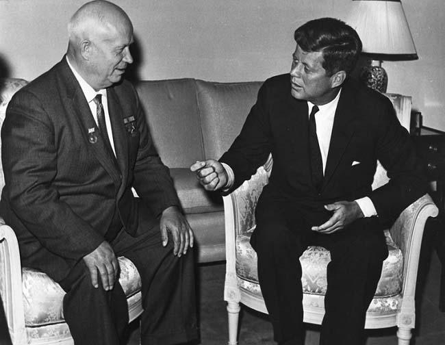 Fotografía de una reunión entre Nikita Kruschev y J F Kennedy en plena Guerra Fría