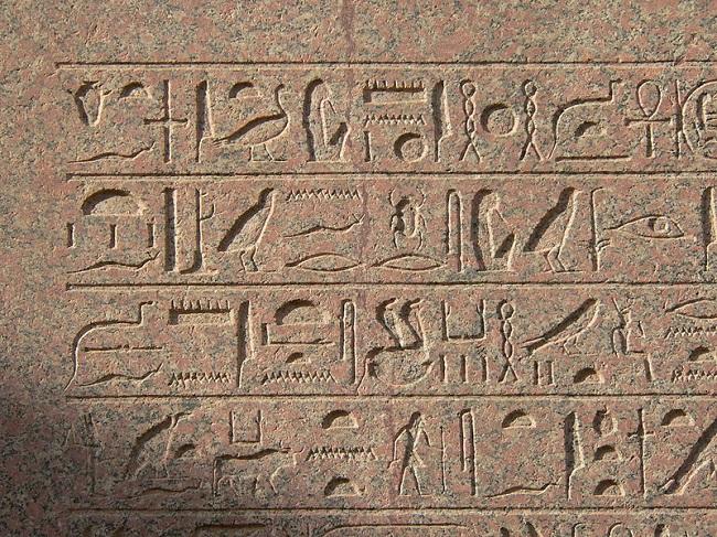 Escritura jeroglífica egipcia del obelisco de Hatshepsut erigido en el templo de Karnak