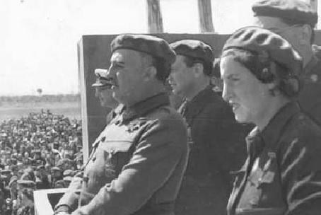 Pilar Primo de Rivera y Francisco Franco