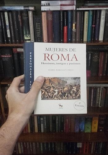"""Posando con mi ejemplar de """"Mujeres de Roma"""", de Isabel Barceló"""