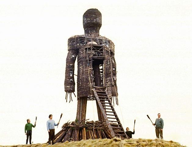 Fotograma de la película The Wicker Man (1973) en la que se ve el hombre de mimbre