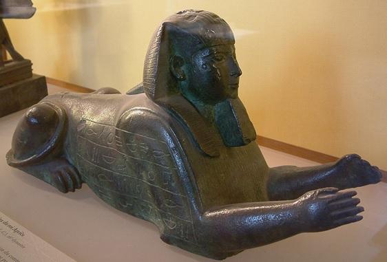 Esfinge que representa al faraón Apries, del Egipto saíta, actualmente en el Museo del Louvre