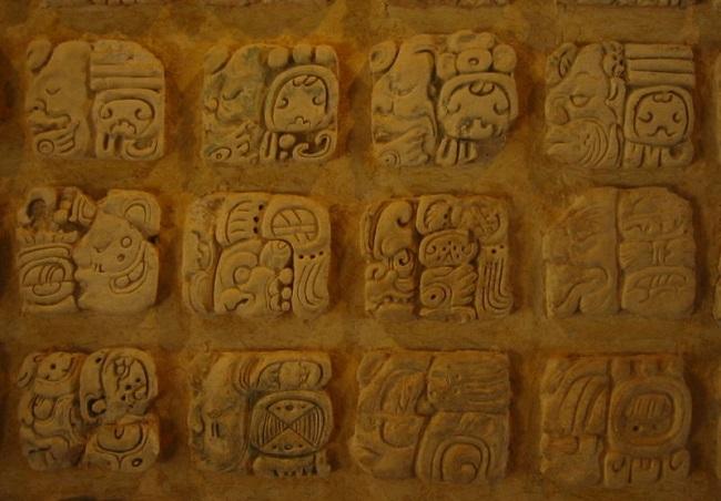 Glifos mayas en el museo de sitio de Palenque México