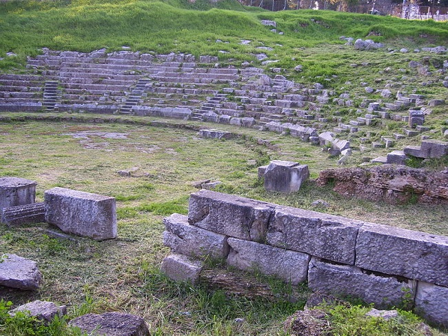 Estado actual del teatro griego de la ciudad de Orcómenos, una de las implicadas en la Guerra Aquea