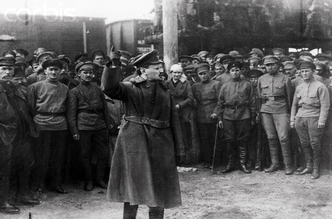 Trotski, víctima de Ramón Mercader, dando un discurso ante la guardia roja
