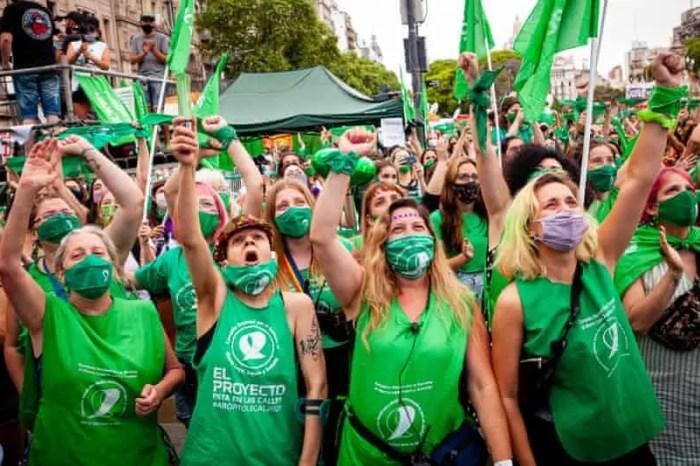 Argjentina legalizon abortin në një votim historik