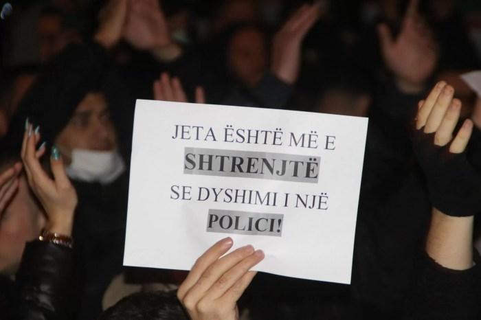 FOTO/ Kaos në Tiranë, qytetarët protestojnë kundër vrasjes së 25-vjeçarit nga policia!