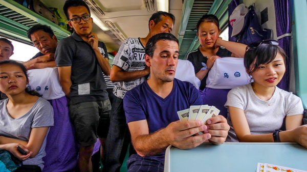 5 modalidades para viajar por China dando tumbos en sus trenes verdes
